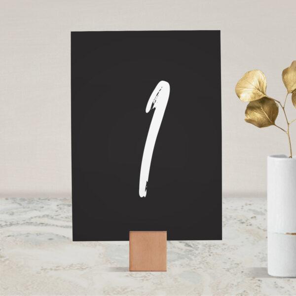 Numer na stół ślubny z kolekcji Złote imiona na czarnym tle firmy Cartolina - zaproszenia ślubne
