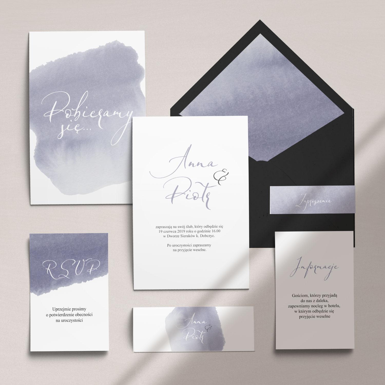 Delikatne zaproszenia ślubne z motywem akwareli wraz z kopertą, RCVP oraz opaską z kolekcji Wiosenna mgła firmy Cartolina - zaproszenia ślubne