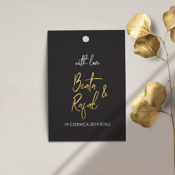 Zawieszka, etykieta na butelkę lub prezent z kolekcji Złote imiona na czarnym tle firmy Cartolina - zaproszenia ślubne