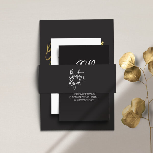 Złote zaproszenia ślubne z kolekcji Złote imiona na czarnym tle firmy Cartolina - zaproszenia ślubne