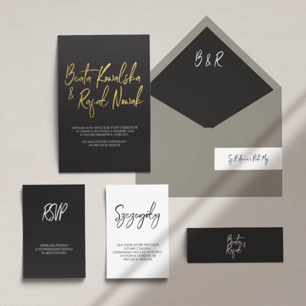 Nowoczesne zaproszenia ślubne złocone wraz z kopertą, RCVP oraz opaską z kolekcji Złote imiona na czarnym tle firmy Cartolina - zaproszenia ślubne